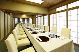 ご結納、お顔合わせ、ご法要、歓迎会、お祝いの宴席など個室ご準備致します。テーブル席もございます。